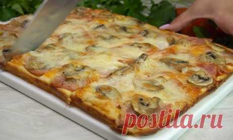 Ленивая пицца без траты времени на коржи: заливаем тесто в форму и кладем сверху начинку. Результат будет не отличить