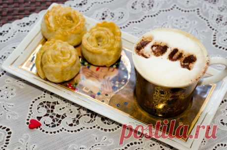 Corrujiente hojaldrado rozochki con los rellenos diferentes