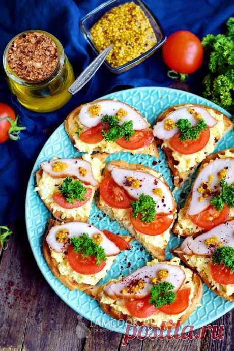 Бутерброды с копченой курицей, помидорами и плавленым сырком — рецепт с фото на Русском, шаг за шагом. Такие бутерброды будут лучшей закуской на праздничном столе. #рецепт #рецепты #бутерброды #закуска #закусочка #бутербродики