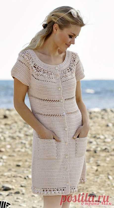 Платье  Sandy Shores Связанное крючком платье с круглой кокеткой пряжей DROPS Cotton Merino. Изделие вяжется сверху вниз с ажурным узором, пуговицами и карманами. Размеры: S - XXXL  Размеры: