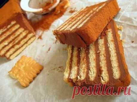Торты из печенья - 5 лучших рецептов. Рецепт 1: Торт из печенья банановый Описание: Очень вкусный торт! Сочетание сметаны и бананов делает его вкус нежным, а на его приготовление уходит так мало времени, что можно делать его хоть каждый день и подавать в качестве десерта или на завтрак малышам. Ингредиенты: 1 кг не соленого крекера; 4 крупных банана; 1 л сметаны; 0,5 кг сахара; 100 гр. шоколада. Способ приготовления: 1. Взбиваем сметану с сахаром. Бананы нарезаем тонкими кружками. 2. Вык