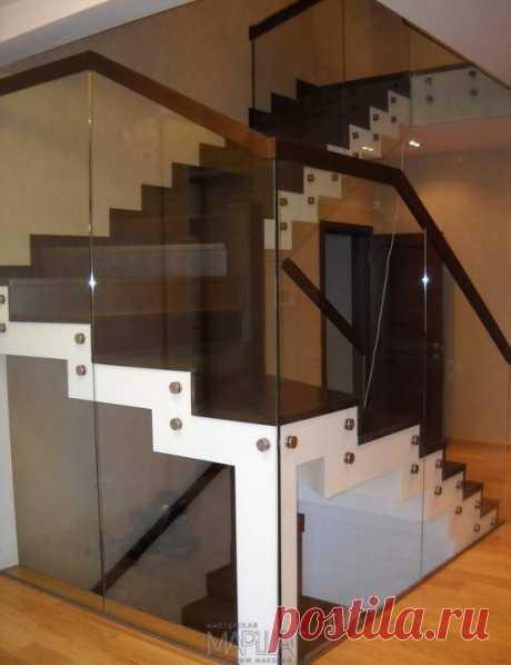 Лестницы, ограждения, перила из стекла, дерева, металла Маршаг – Стеклянное ограждение лестницы