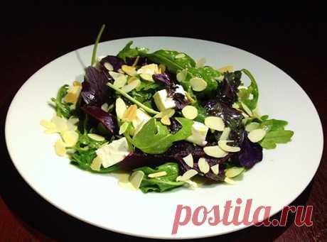 Турецкий салат со свеклой, рукколой и миндалем. Листья рукколы сочетаются с фетой, но как прекрасна здесь свекла, сильный фиолетовый базилик и миндаль, а заправка из оливкового масла и гранатового соуса наршараб весьма кстати.