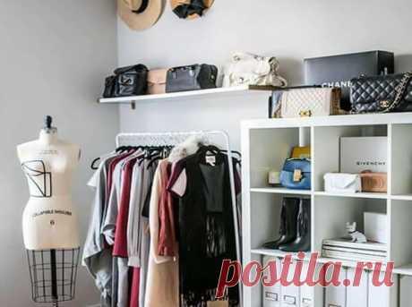 10 необычных способов обустроить гардеробную в квартире Если в квартире нет полноценной гардеробной, ее можно сделать в одной из комнат. Не веришь? Смотри наши идеи. Поверь, даже в самой маленькой квартире можно запросто организовать мини-гардеробную. Что если «перекроить» спальню и выделить место для хранения вещей, к примеру, возле двери.