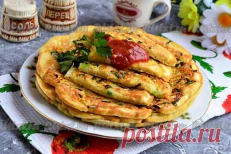 Картофельные лепёшки с зеленью на сковороде от Елены Калининой  Необычны лепёшки тем, что тесто замешивается отдельно от картофельной начинки. Таким образом лепёшки получаются сами по себе мягкими и нежными, а сверху - поджаренный и хрустящий картофель.  Лепёшки можно подать к столу с кетчупом или любимым соусом.  яйцо куриное - 2 шт.; сметана - 3 ст. л.; вода кипячёная тёплая - 250 мл; соль - 0,5 ч. л. (в тесто) + 1/4 ч. л. (в картофель); сода - 0,5 ч. л.; мука высшего со...