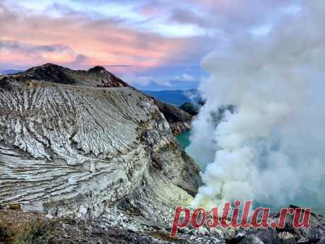 Рассвет на вулкане Иджен, Индонезия. Автор фото – Анатолий Рудаков: nat-geo.ru/community/user/218081/. Доброе утро!