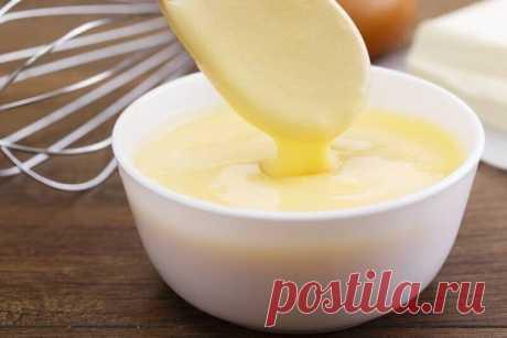 Прелестный заварной крем по ГОСТу Продукты: Молоко — 250 мл Яйцо — 1 шт. Масло сливочное — 50 г Мука — 1 ст. л. Сахар — 2 ст. л. Приготовление: 1. Влейте молоко в ковш. Вбейте яйцо. Добавьте сахар и добавьте муку. Все хорошо перемешайте. 2. Заварите крем до густого состояния на умеренном огне. 3. Миксером в миске взбейте сливочное масло. 4. Добавьте постепенно к нему остывший крем. Миксером постоянно взбивайте крем. 5. Когда крем станет однородным и гладким по консистенции, отключите миксер.