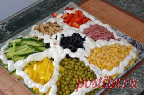 Салат «Козел в огороде» Все большую популярность набирают такие блюда на наших столах. Один из примеров такого блюда – салат «Козел в огороде». По своей сути, салат «Козел в огороде»- это мясной компонент в окружении овощных ингредиентов. Красивая подача салата к столу, перед употреблением все ингредиенты смешиваются. Ингредиенты: Салат «козел в огороде» допускает множество вариаций, а потому смело экспериментируйте с любыми ингредиентами. В качестве «козла» - то есть мясного ингредиента, можно