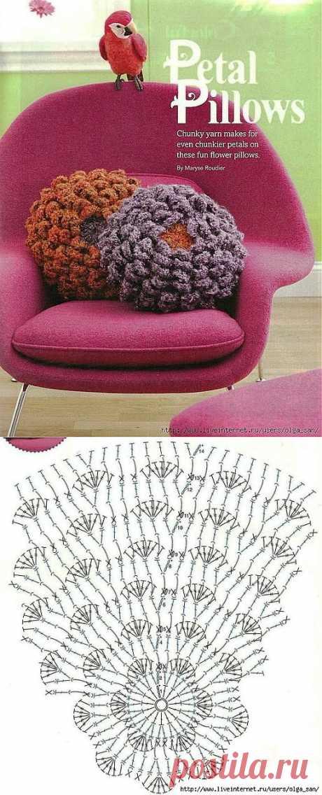 Подушка-цветок крючком.