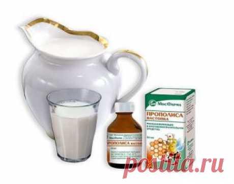 Прополис с молоком - альтернатива фармацевтическим препаратам   Употребление прополиса внутрь обеспечивает организму крепкий иммунитет. Соединение молока с этим пчелиным продуктом значительно уменьшает свойственную ему горечь и жжение, что абсолютно не снижает противовоспалительный эффект этого средства. Что интересно, в таком составе отмечается более высокая концентрация полезных минералов, микроэлементов и витаминов.   Способы применения прополиса и молока для лечения и ...