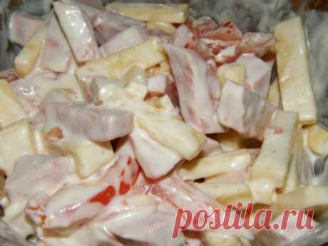 Салат с сыром, ветчиной и помидорами.