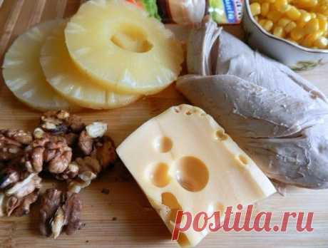 La ensalada increíble rápidamente. La ensalada con la gallina cocida al vapor, el queso tierno y la piña jugosa