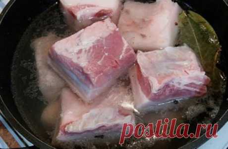 Сало «пятиминутка» Предлагаем тебе незаслуженно забытый рецепт маринованного сала. Солить подобным образом можно и сало, и мясо, и даже мясо на косточке. Можно закатывать в банки на зиму или кушать сразу. Быстро и вкусно!  Маринованное сало  ИНГРЕДИЕНТЫ  1 кг свиной грудинки  1 л воды  1 головка чеснока  5 лавровых листьев  4 ст. л. соли  черный перец молотый и горошком по вкусу  красный молотый перец по вкусу