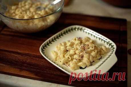 Макароны с сыром  Mac&cheese — классическое блюдо американской кухни, по сути — макароны с сыром. Но пасту сыром не посыпают: из сыра готовят быстрый и вкусный соус.  Ингредиенты: Показать полностью…