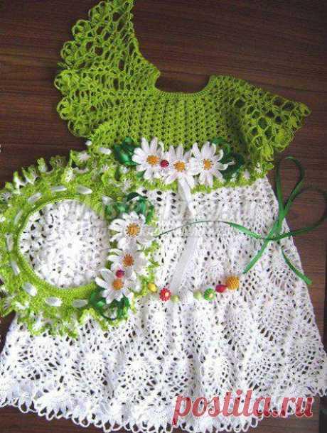 El vestido chiné para la muchacha, tejido por el gancho. El esquema y la descripción