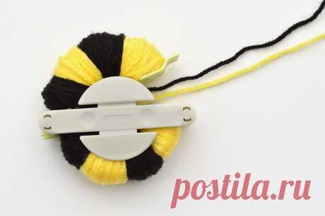 MollyMooCrafts Cute Pom Pom Craft - How to make a pom pom bee