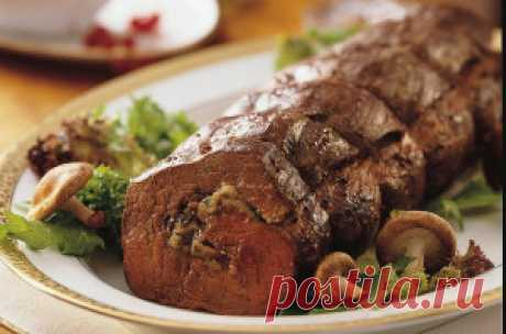 Рулет из говядины с грибами. Рулет остудить и только после того, как он остынет раскроется  весь вкус этого блюда, нарезать тонкими кружочками и украсить  помидорами луком и зеленью.