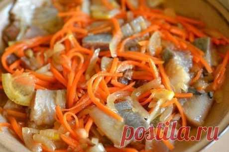 Хе из сельди ⋆ Кулинарная страничка Хе из сельди — острая закуска, подходящая для праздничного стола, но это довольно необычные рецепты для селедки. Состав: уксус 9% 200 мл сельдь свежая 3 шт. морковь 3...