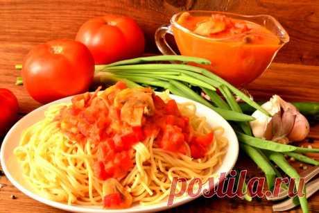 Спагетти под томатным соусом с шампиньонами
