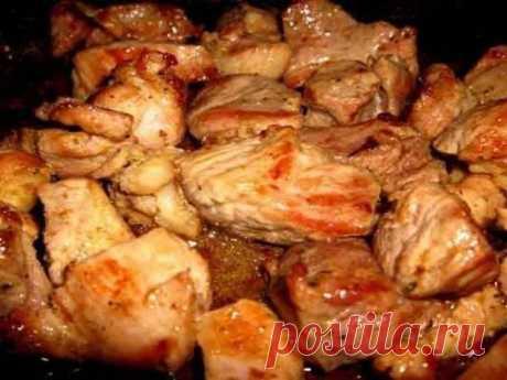 Мясо по-грузински в духовке  Чтобы приготовить это вкусное блюдо, используйте  следующие продукты:  — Мясо любое (мякоть) – 1 кг  — Мёд – 2 ст. л.  — Сок лимона – 1 ст. л.  — Сметана – 1 ст. л.  — Соль, перец и другие специи – по вкусу  — Свежая зелень: укроп, петрушка, розмарин, кинза, базилик – количество по вкусу.