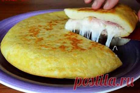 Рецепты Вкусных Домашних Блюд: Итальянский картофельный пирог с ветчиной и сыром =     Пол кило картофеля     Оливковое масло     150 граммов муки     Одно яйцо     100 граммов ветчины     100 граммов сыра     Соль и перец по вкусу