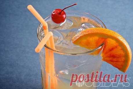 Коктейль Том Коллинз. Все коктейли Коллинз объединяет сочетание крепкого алкоголя, лимонного сока, сахарного сиропа и минеральной воды. Это классический рецепт коктейля Том Коллинз.