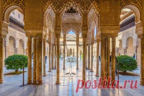 Альгамбра – уникальное архитектурное сооружение Многие считают Альгамбру высшим достижением мавританского искусства в Западной Европе. Здесь можно увидеть керамические изразцы, резьбу по камню и дереву, причудливые растительные орнаменты и пышное декоративное убранство внутренней отделки…