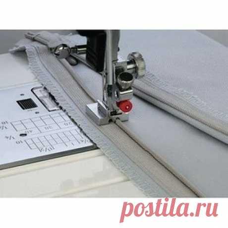 Как пользоваться дополнительными лапками для швейных машин JANOME и FAMILY Лапка для вшивания потайной молнии Эта уникальная лапка поможет легко и быстро вшить потайную молнию. Описание работы: 1. Откройте застежку-молнию. Показать полностью…