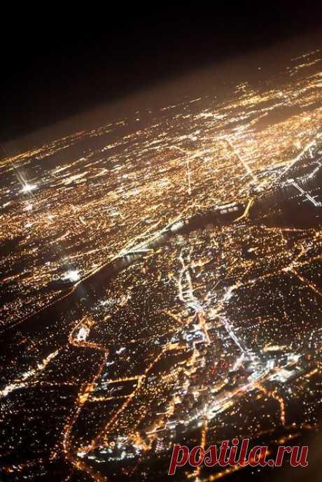 Ночь. Но город продолжает жить своей ночной жизнью маня яркими огнями