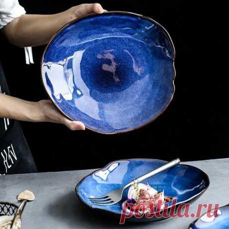 Крупная керамическая тарелка глубокого синего цвета