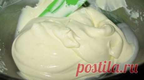 Se puede usar la crema aceitera yaichno-de leche de Charlotte para el relleno de los canutos, proslaivaniya de las tortas y...