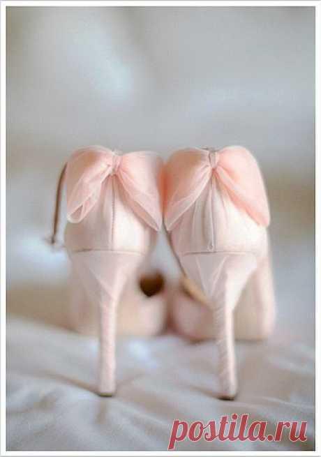 ...Белое платье, туфли, фата, Цвет непорочности и чистота, Двух сердец любящих в браке союз, Неба печать и нет крепче уз!