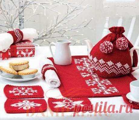 El juego de Año Nuevo tejido para el té, que consiste de los portavasos, la servilleta a la mesa, la bolsa de agua caliente para la tetera y los anillos para las servilletas. Por los rayos. \/ DAMские PALьчики. ru