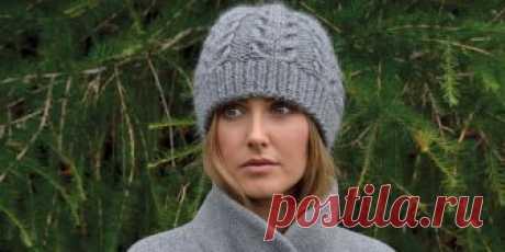 Модная шапка из толстой пряжи спицами с добавлением мохера, вязаная плоскими косами, описание.