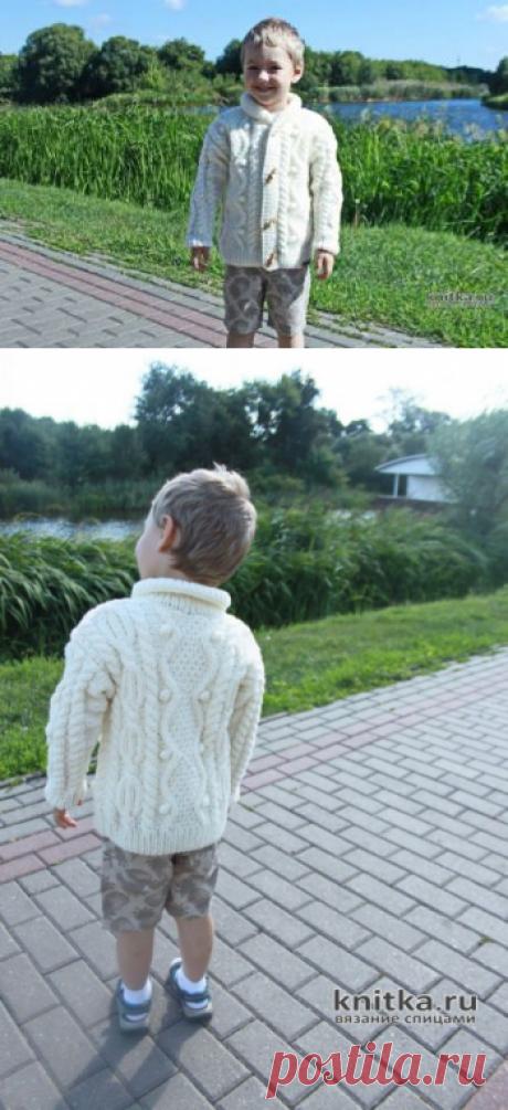 Красивый вязанный жакет для мальчика спицами
