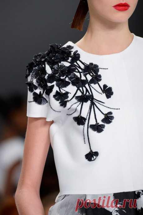 Как украсить платье черное однотонное своими руками с помощью кружева, страз и бисера, бусин, украшаем лиф и воротник