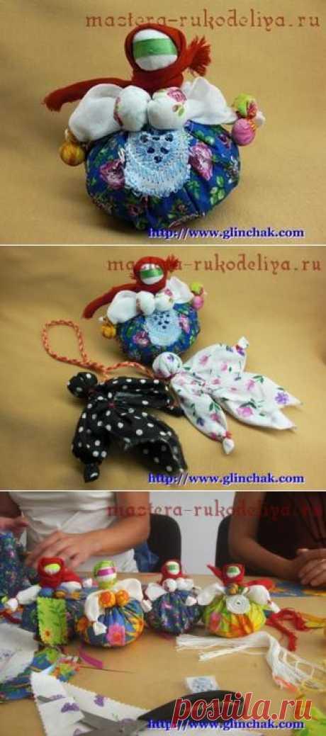 La muñeca pública la Hucha-travnitsa. Es posible hacer ahora cualesquiera guarda, pero por alguna razón muchos se dirigen a las culturas distintas, excepto natal. Propongo las muñecas-guarda usadas por nuestros antepasados.