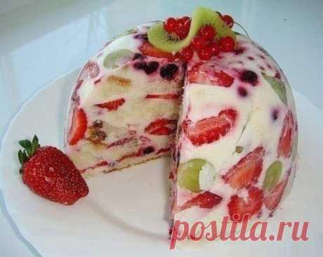 Тортик с фруктами   Ингредиенты:  500 гр. сметаны  1 ст. сахара  3 ст. ложки желатина  300 гр. бисквита (покупного или приготовленного по любому рецепту)  клубника,  виноград,  смородина,  киви (возможны и другие ягоды)   Приготовление:  1. 3 ст. ложки желатина заливаем половиной стакана холодной кипяченой воды приблизительно на 30 минут (до разбухания).  2. Сметану взбиваем с сахаром. Желатин подогреваем до растворения (не доводя до кипения) и вводим в сметану тонкой стру...