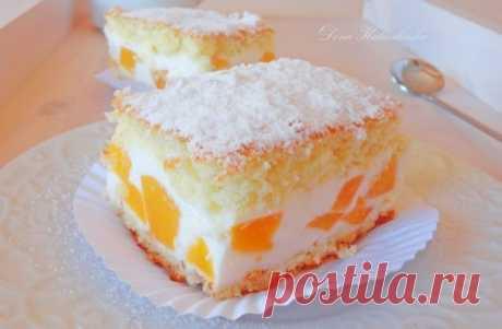 Торт с нежнейшим кремом из творога, взбитых сливок и персиков.