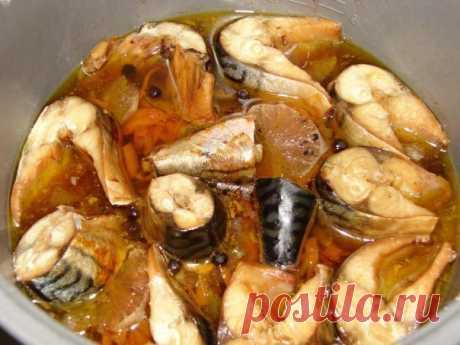 Тушеная скумбрия-сама рыба получается очень нежной, сочной и вкусной.