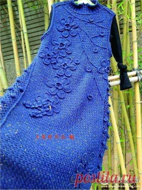 Платье крючком, украшенное цветами