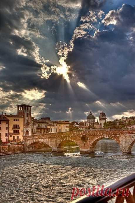 Верона - город Ромео и Джульетты Верона (Verona) может смело соперничать с Парижем за статус «самого романтичного города мира», ведь именно здесь, по замыслу Шекспира, происходили события самой печальной повести на свете — повести о …