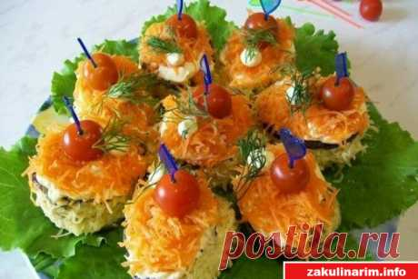 Закусочные пироженки из печени Ингредиенты: для оладий: говяжья печень 500 г яйца 1-2 шт. лук репчатый 1 головка мука для соуса: майонез чеснок для украшения: сыр твердый 100 г овощи