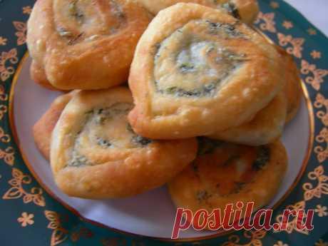 Постные блюда.  Постные лепешки.  Универсальные, вкусные постные лепешки которые можно подать вместо хлеба к любому блюду. Дешево и сердито. :)  Продукты (на 6 порций)  Мука - 2,5 стакана (375-400 г) Масло растительное (оливковое) - 4-6 ст. ложек (для теста + для смазывания лепешек + для жарки) Вода горячая - 1 стакан Соль - 1 ч. ложка (по вкусу) Лук зеленый - 3 шт. (по вкусу