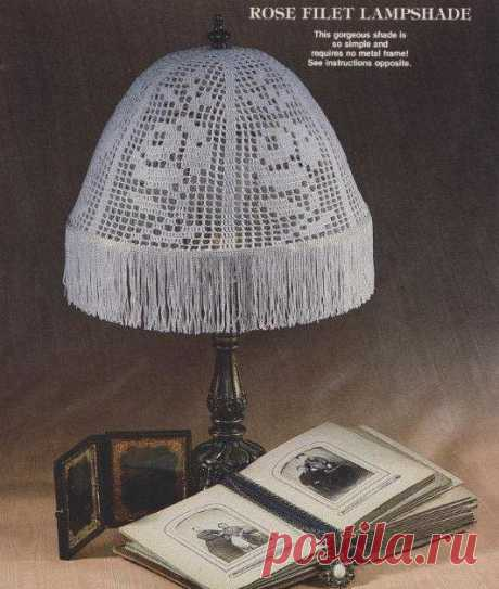 The lamp shade with roses