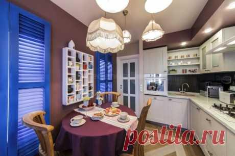 Классическая кухня 10 кв м с синими ставнями