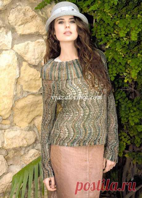 Ажурный пуловер связан поперёк спицами волнистым узором из секционно окрашенной пряжи. / vjazalochka.com