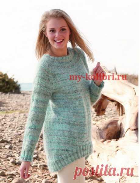 Женский пуловер спицами с ассиметричной спинкой.