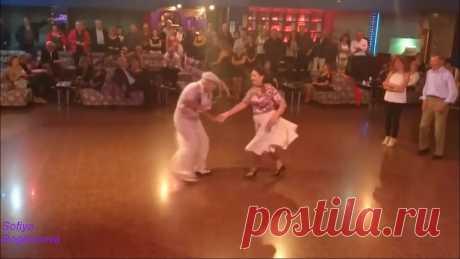 Пожилая пара классно и озорно танцует!!!