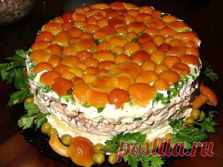Слоёный салат с маринованными опятами и печенью рецепт с фото Приготовить сытное и питательное блюдо можно с маринованными опятами и печенью. Такой салат окажется замечательным дополнением к легкому гарниру.